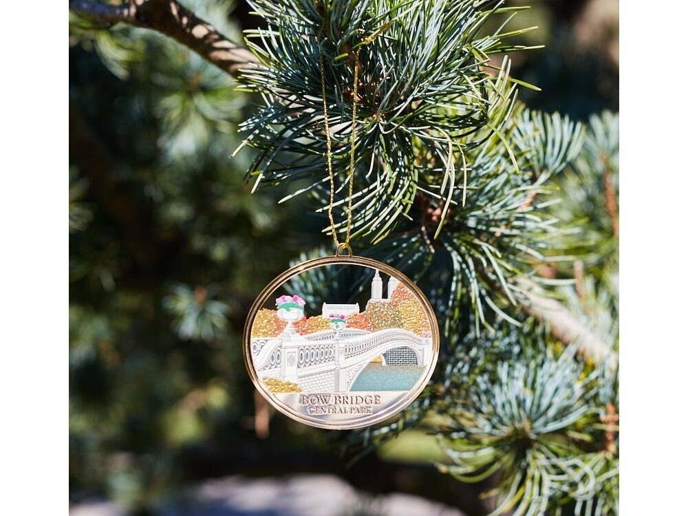 Tree ornament, in disc shape, featuring Bow Bridge