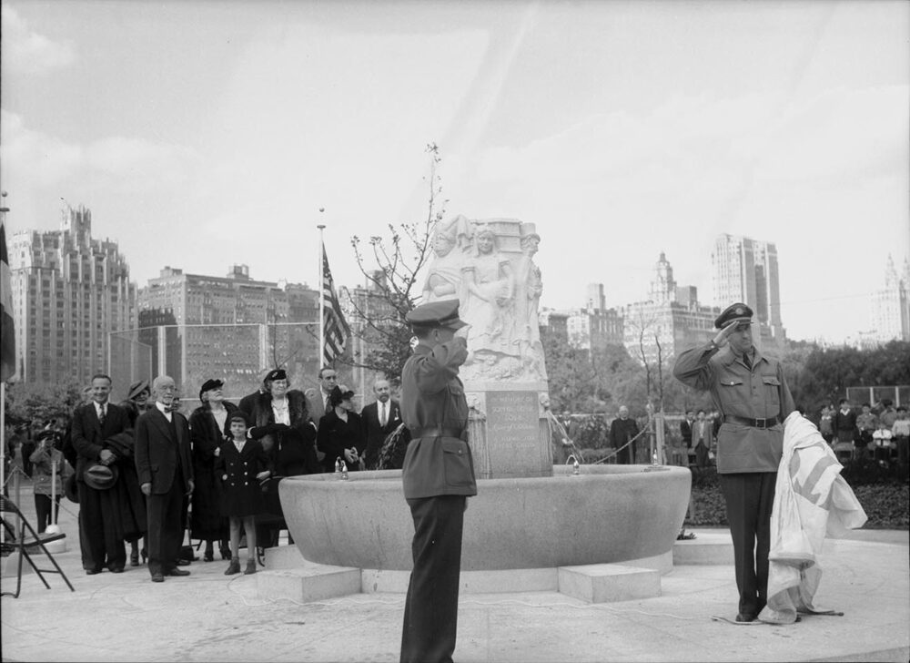 Contemporary photo of the unveiling of the fountain